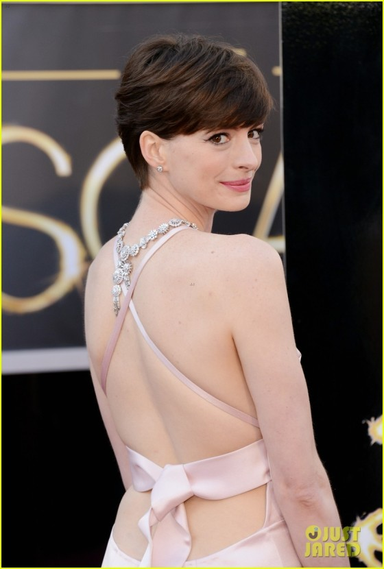 anne-hathaway-oscars-2013-red-carpet-02